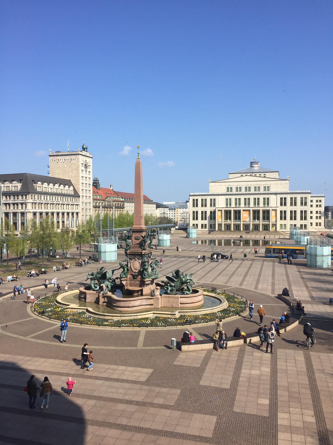 Rund um den Mendebrunnen, mit Blick auf die Oper und das Kroch-Hochhaus (links), Leipzigs erstes Turmhochhaus...
